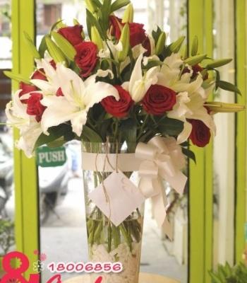 Bình hoa hồng để bàn.