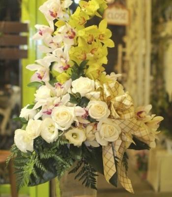 Bình hoa địa lan và hồng trắng