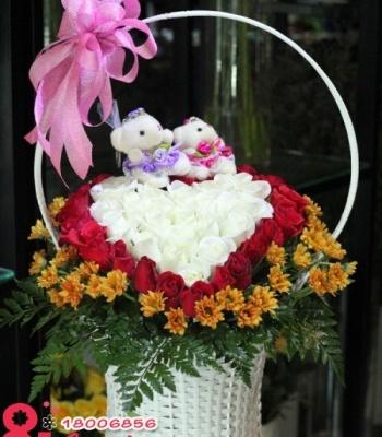 Giỏ hoa hồng và gấu bông