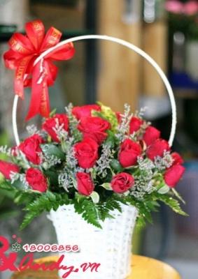 Giỏ hoa hồng đỏ và sao tím
